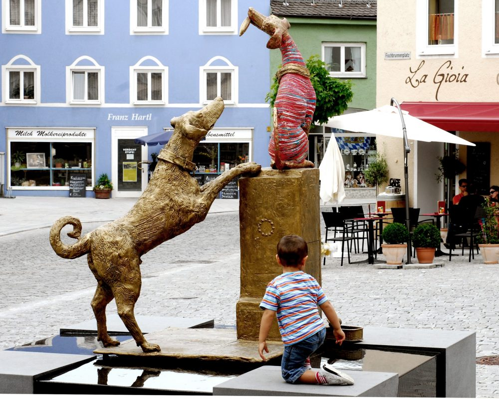 Bunter Hund Bronze (2005) am Fischbrunnenplatz in Eggenfelden