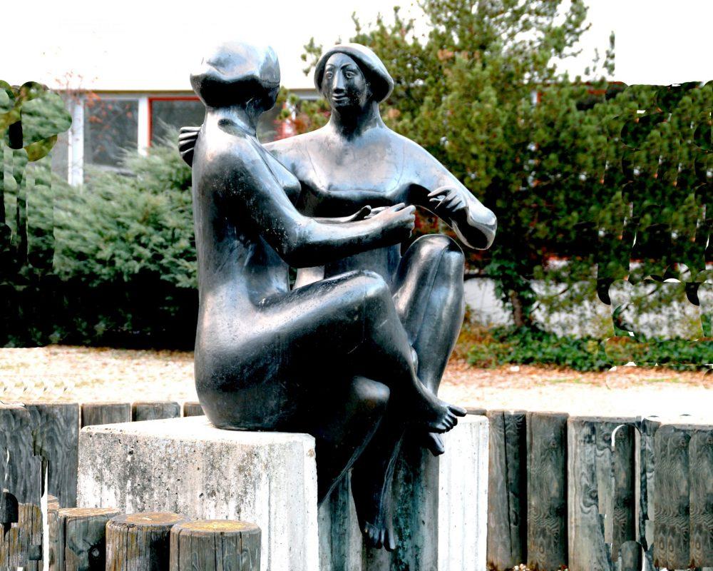 Figurengruppe Gespräch (1975) der Grund- und Hauptschule Eggenfelden